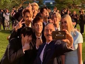 Thú vị như EXO: Tổ chức cả fanmeeting ở Nhà Xanh trong lúc chờ gặp ngài Tổng thống