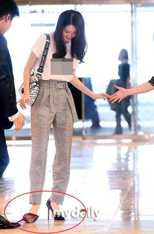 Giàu nứt đố đổ vách nhưng Yoona vẫn mê mẩn đôi giày cao gót rách sờn cả đế-3