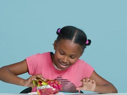 Trẻ em nước ngoài phản ứng thế nào khi ăn thử sầu riêng, thanh long?