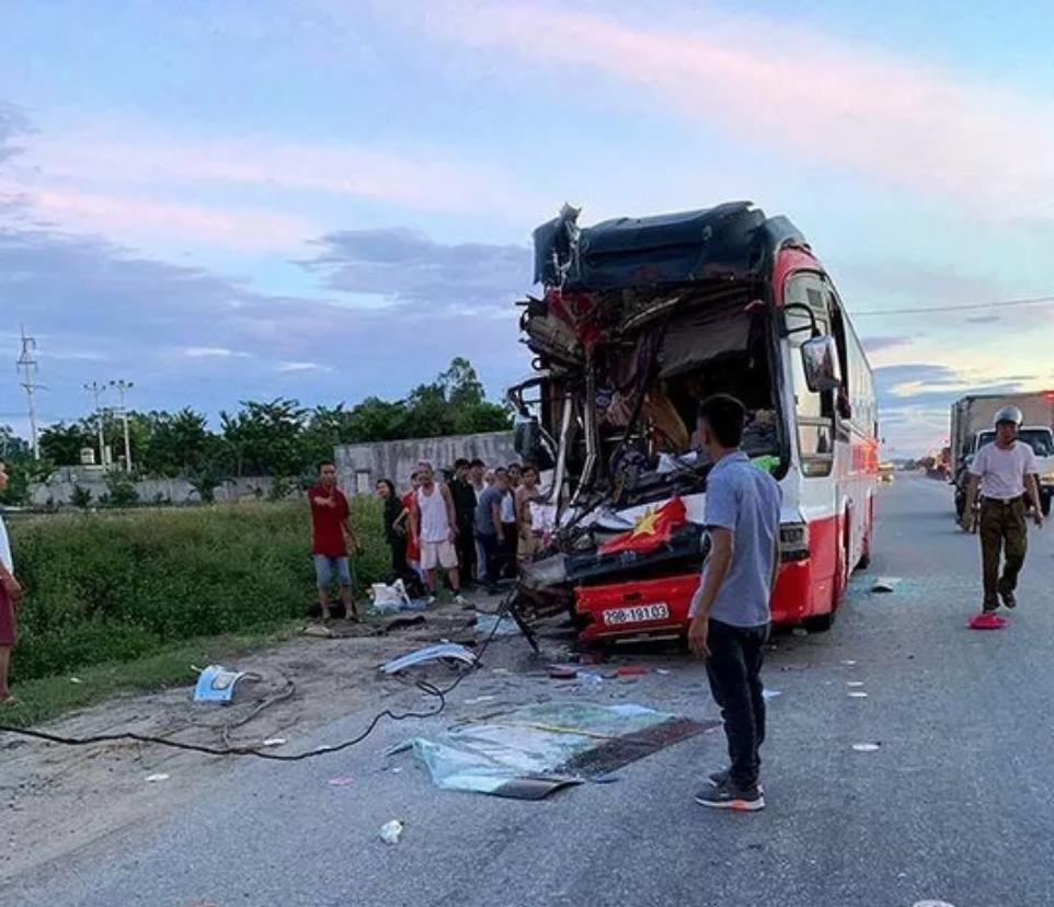 Xe khách tông xe container 15 người thương vong: Sau tiếng rầm thấy la liệt người bị thương-4