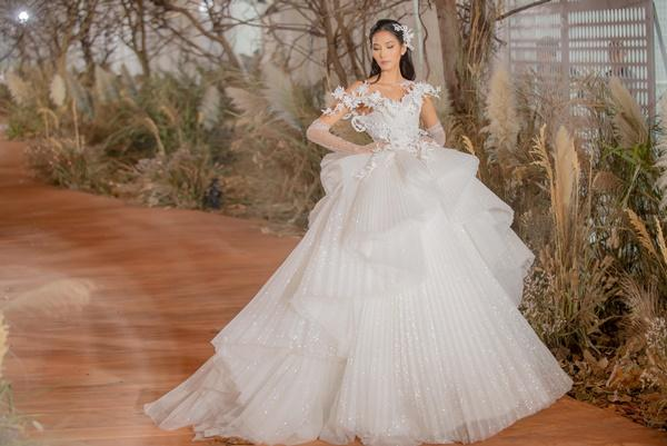 Hoàng Thùy mặc váy cưới làm cô dâu gợi cảm-1