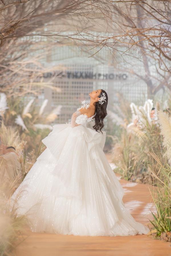 Hoàng Thùy mặc váy cưới làm cô dâu gợi cảm-3