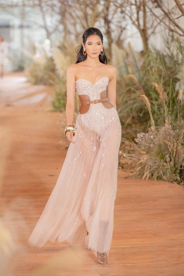 Hoàng Thùy mặc váy cưới làm cô dâu gợi cảm-5