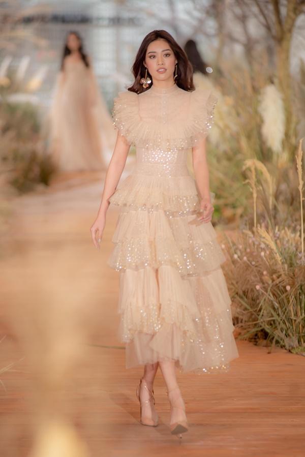Hoàng Thùy mặc váy cưới làm cô dâu gợi cảm-7