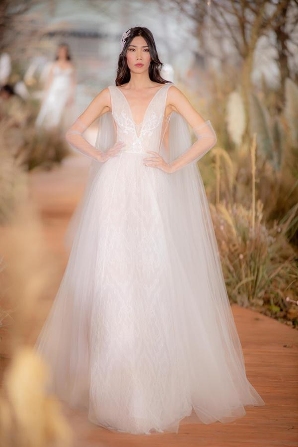 Hoàng Thùy mặc váy cưới làm cô dâu gợi cảm-13