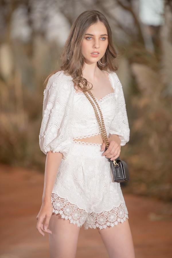 Hoàng Thùy mặc váy cưới làm cô dâu gợi cảm-18