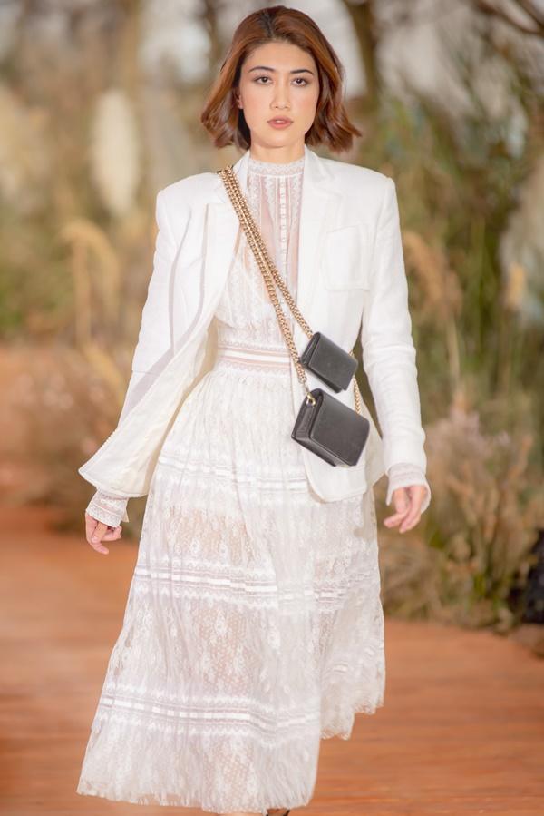 Hoàng Thùy mặc váy cưới làm cô dâu gợi cảm-19