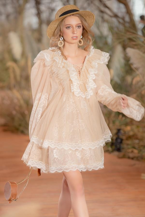 Hoàng Thùy mặc váy cưới làm cô dâu gợi cảm-21