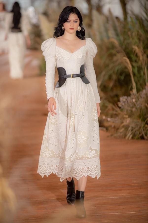 Hoàng Thùy mặc váy cưới làm cô dâu gợi cảm-23