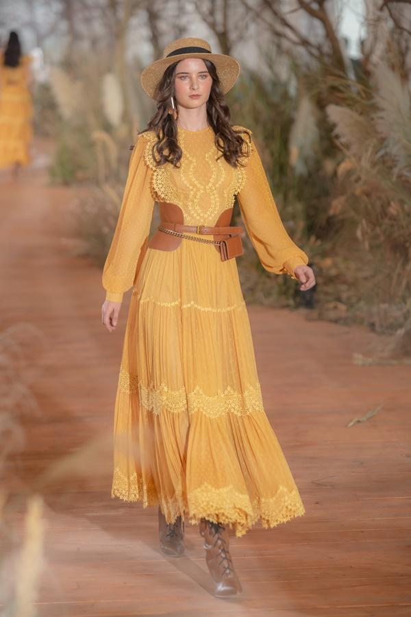 Hoàng Thùy mặc váy cưới làm cô dâu gợi cảm-26