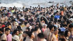 Hàng trăm nghìn người nhảy sóng ở bãi biển nước đục ngầu