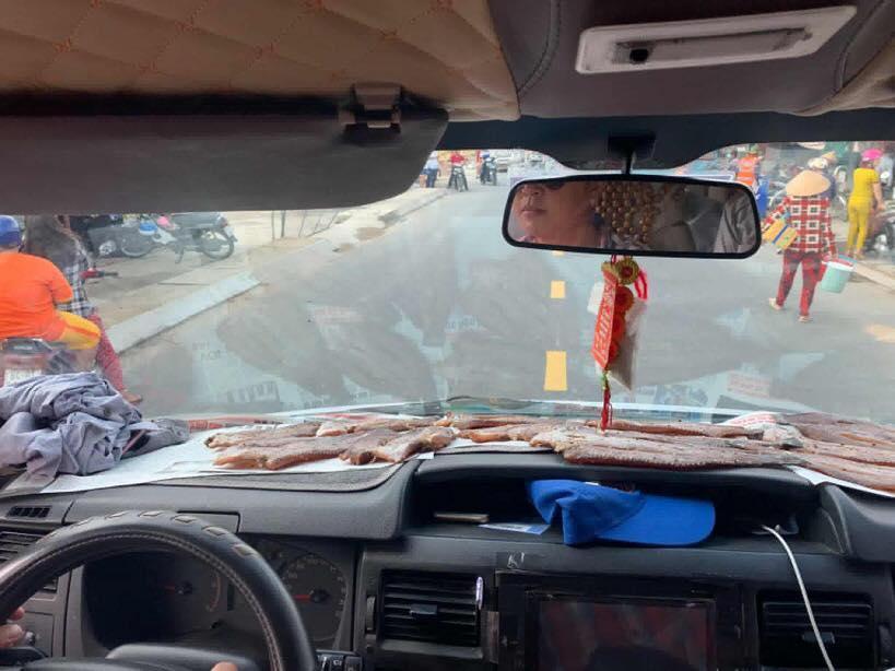 Thánh lầy nhất mạng xã hội,  phơi cá ngay trong ô tô, vừa đi vừa hứng nắng, ai xem cũng ngao ngán-3