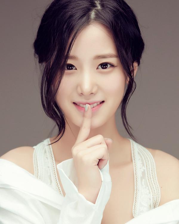 Nữ thần tượng 23 tuổi xứ Hàn nghiện mặc hở bạo dù liên tục bị chỉ trích-1