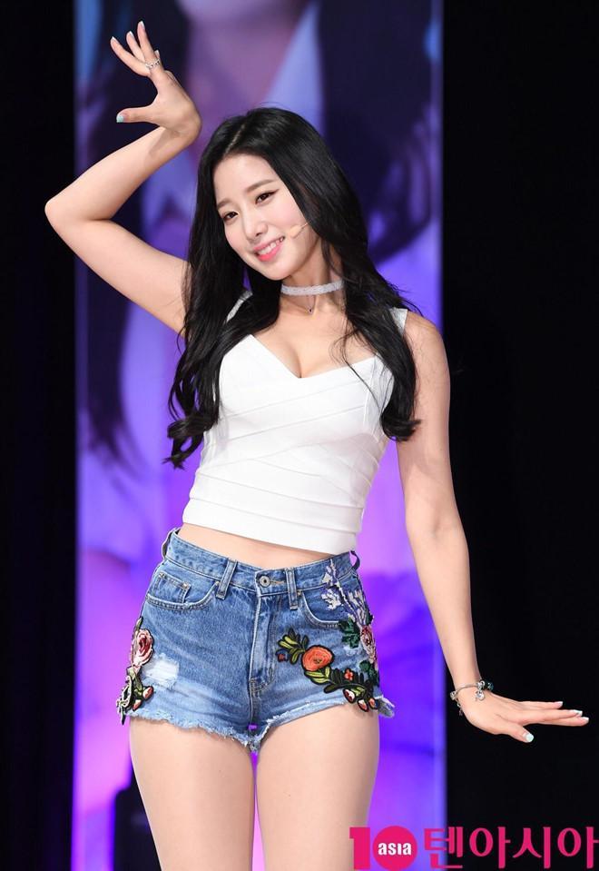 Nữ thần tượng 23 tuổi xứ Hàn nghiện mặc hở bạo dù liên tục bị chỉ trích-4