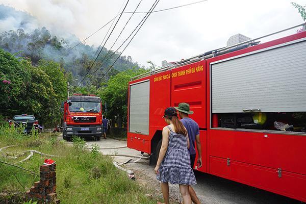 Rừng ở Đà Nẵng bốc cháy dữ dội, hơn 100 người tham gia dập lửa-3
