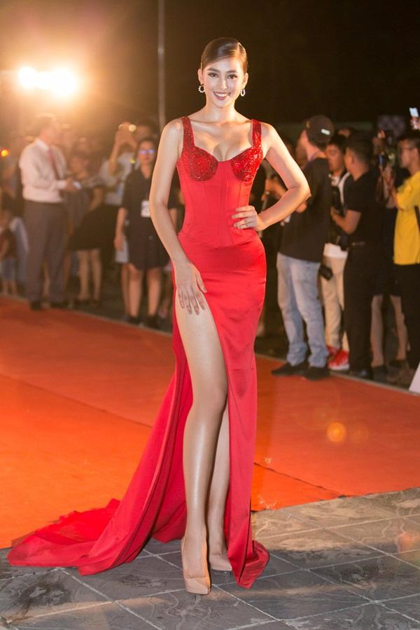 Tiểu Vy tỏa sáng như nữ thần trên thảm đỏ nhưng Mai Phương Thúy lại hút mắt hơn với thời trang menswear-3