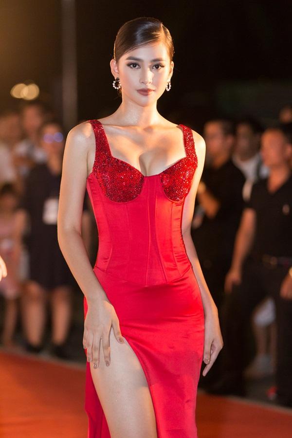 Tiểu Vy tỏa sáng như nữ thần trên thảm đỏ nhưng Mai Phương Thúy lại hút mắt hơn với thời trang menswear-4