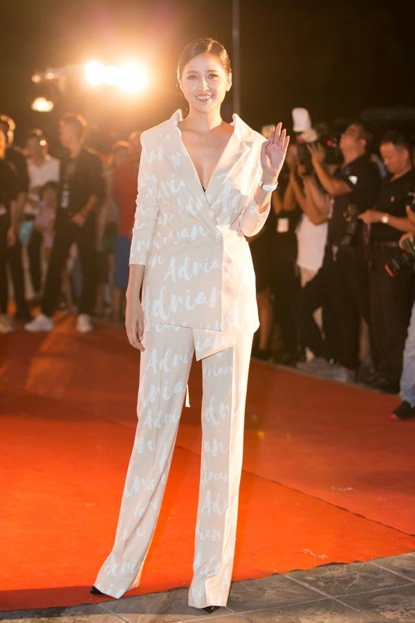 Tiểu Vy tỏa sáng như nữ thần trên thảm đỏ nhưng Mai Phương Thúy lại hút mắt hơn với thời trang menswear-2