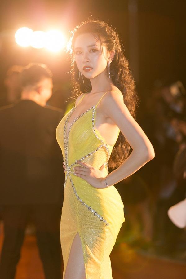 Tiểu Vy tỏa sáng như nữ thần trên thảm đỏ nhưng Mai Phương Thúy lại hút mắt hơn với thời trang menswear-10