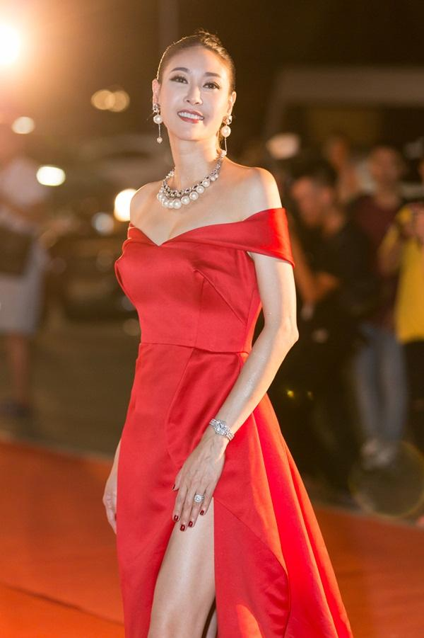 Tiểu Vy tỏa sáng như nữ thần trên thảm đỏ nhưng Mai Phương Thúy lại hút mắt hơn với thời trang menswear-7