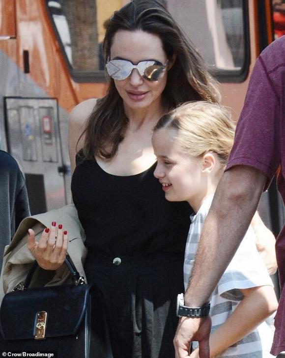 Angelina Jolie không mặc áo ngực, đi dép lê khi xuống phố cùng cặp sinh đôi-1
