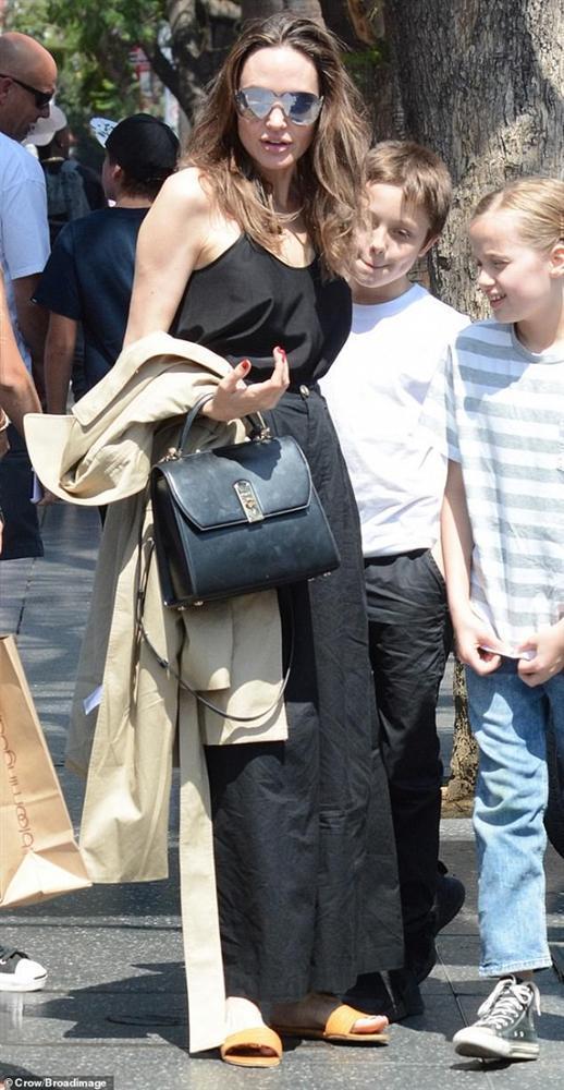 Angelina Jolie không mặc áo ngực, đi dép lê khi xuống phố cùng cặp sinh đôi-3