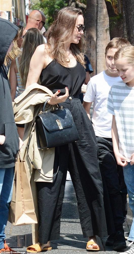 Angelina Jolie không mặc áo ngực, đi dép lê khi xuống phố cùng cặp sinh đôi-4