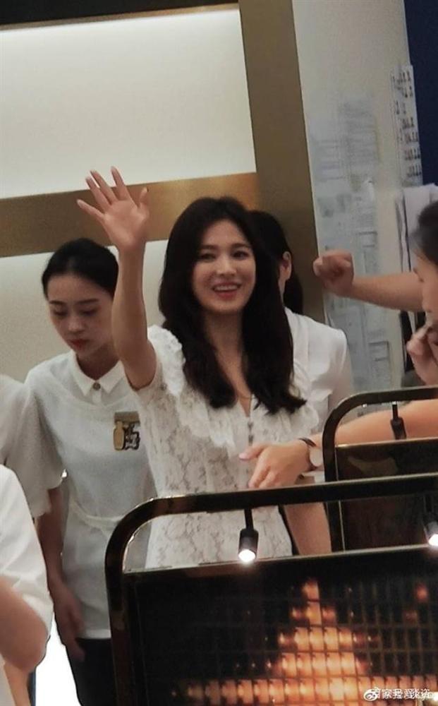 Nụ cười rạng rỡ hiếm hoi của Song Hye Kyo sau khi bị Song Joong Ki đánh úp việc ly hôn-1