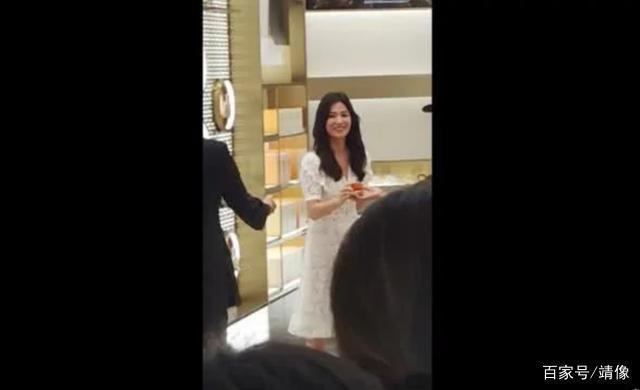 Nụ cười rạng rỡ hiếm hoi của Song Hye Kyo sau khi bị Song Joong Ki đánh úp việc ly hôn-2