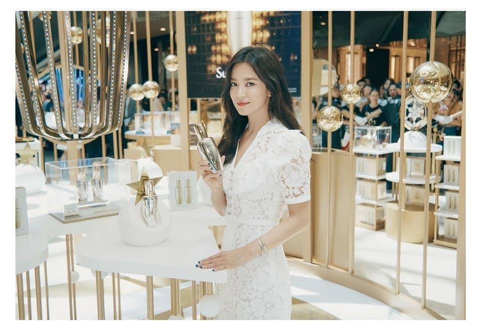 Nụ cười rạng rỡ hiếm hoi của Song Hye Kyo sau khi bị Song Joong Ki đánh úp việc ly hôn-10