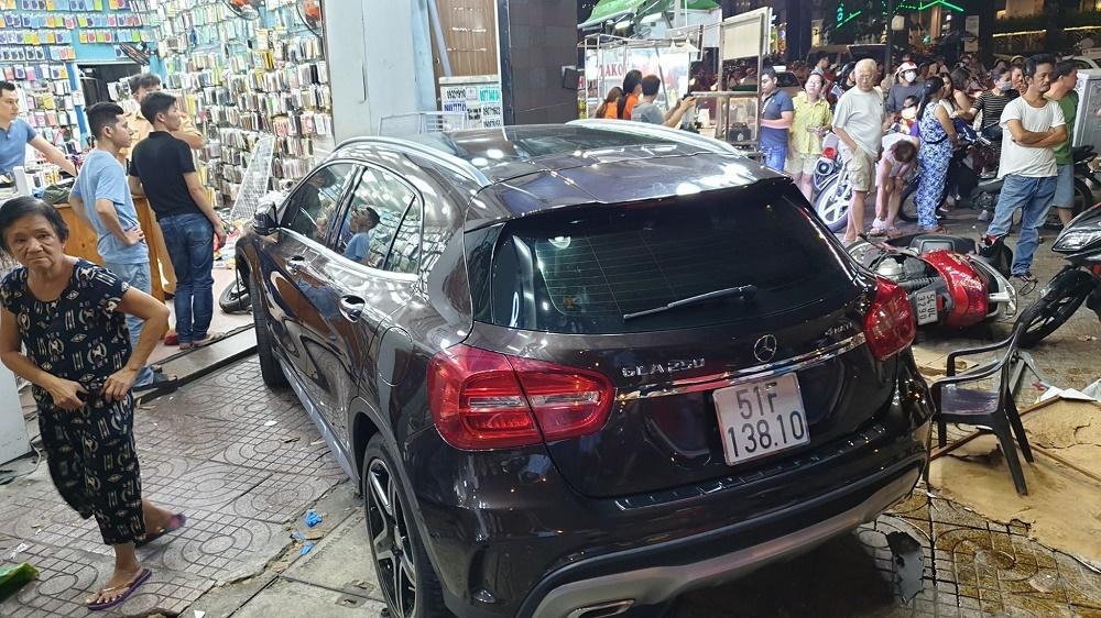 Xác định nữ tài xế Mercedes tông la liệt người và xe trên phố Sài Gòn-2
