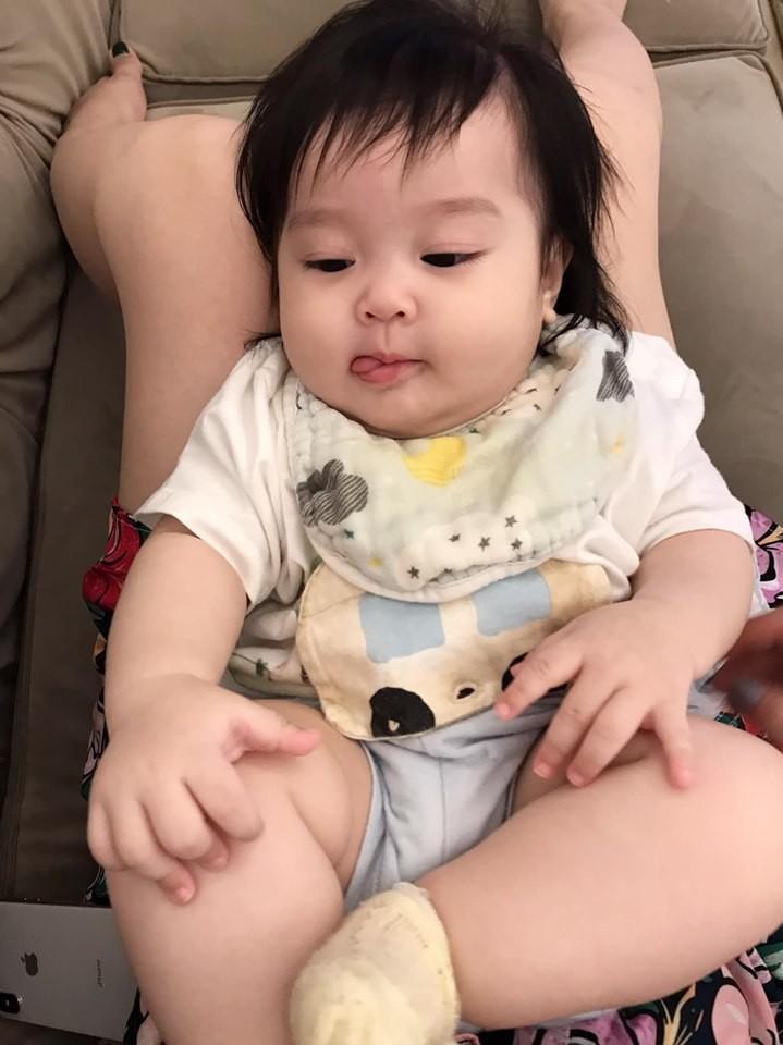 Mới 6 tháng tuổi nhưng con gái thứ 4 của hot mom Hằng Túi chiếm mọi spotlight hội bỉm sữa vì quá đáng yêu-2