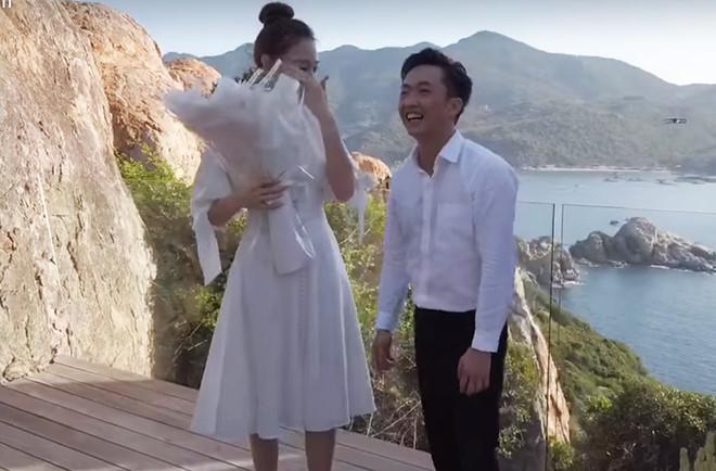 Sau loạt tin buồn hôn nhân, showbiz Việt lại đón nắng bằng những màn cầu hôn đầy lãng mạn-4