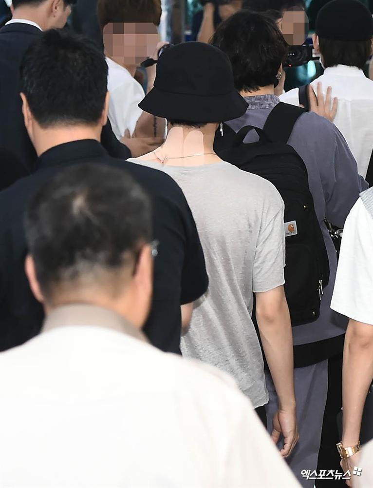 Fan xót xa khi thấy Jimin (BTS) kiệt sức xuất hiện tại sân bay với chi chít miếng dán giảm đau trên người-3