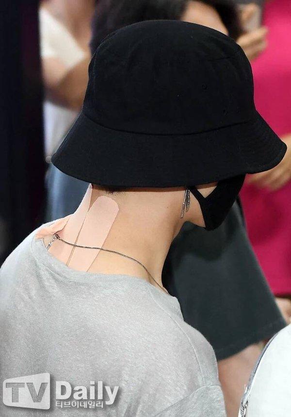 Fan xót xa khi thấy Jimin (BTS) kiệt sức xuất hiện tại sân bay với chi chít miếng dán giảm đau trên người-4