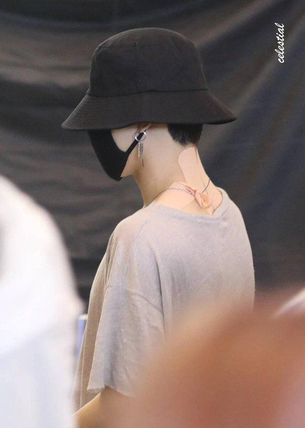 Fan xót xa khi thấy Jimin (BTS) kiệt sức xuất hiện tại sân bay với chi chít miếng dán giảm đau trên người-5