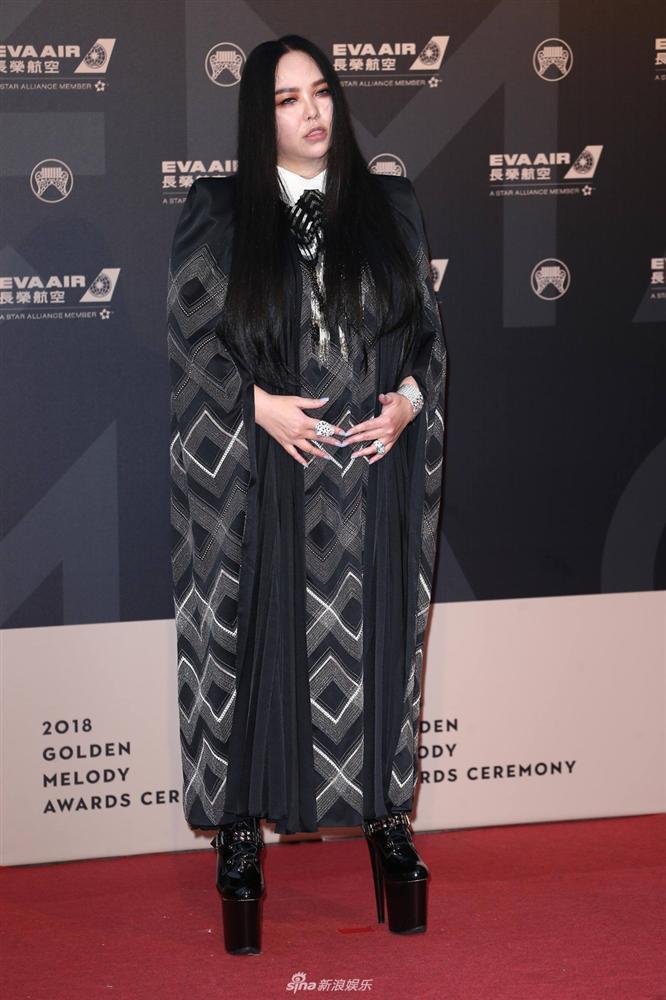 Hết hồn màn quẩy cực sung trên đôi giầy 25cm cao như cà kheo của nữ diva Trung Quốc-5