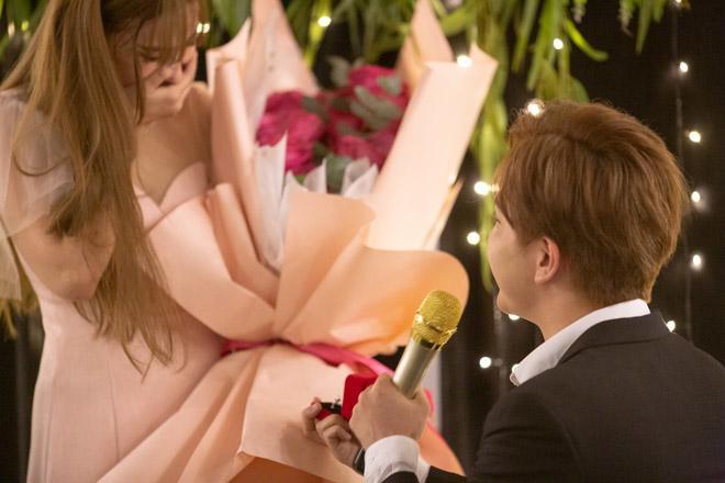 Sau loạt tin buồn hôn nhân, showbiz Việt lại đón nắng bằng những màn cầu hôn đầy lãng mạn-5