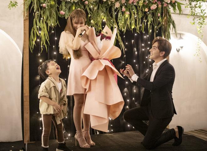 Sau loạt tin buồn hôn nhân, showbiz Việt lại đón nắng bằng những màn cầu hôn đầy lãng mạn-6