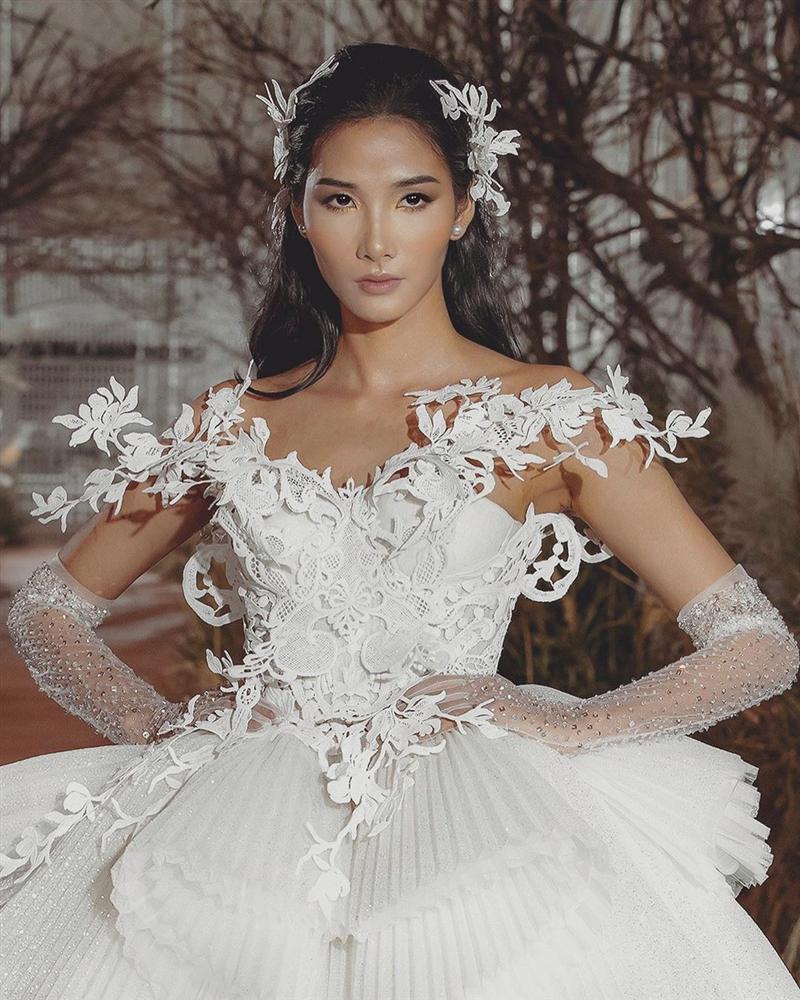 Bản tin Hoa hậu Hoàn vũ 9/7: Hoàng Thùy mặc váy cưới lộng lẫy, thần thái sắc lạnh chặt chém đối thủ Thái Lan-1