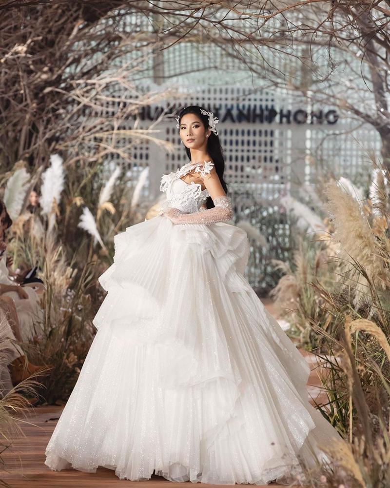 Bản tin Hoa hậu Hoàn vũ 9/7: Hoàng Thùy mặc váy cưới lộng lẫy, thần thái sắc lạnh chặt chém đối thủ Thái Lan-2