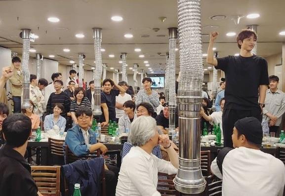 Song Joong Ki gầy gò trong tiệc liên hoan phim mới-1