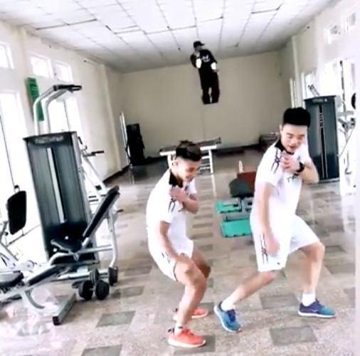 Xuân Trường - Văn Thanh cover điệu nhảy đau tay của Sơn Tùng M-TP theo phong cách cầu thủ-1