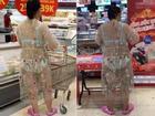 Ngay giữa siêu thị lớn Hà Nội, người phụ nữ diện váy xuyên thấu khiến ai nhìn cũng hoảng hốt vì tưởng cởi trần