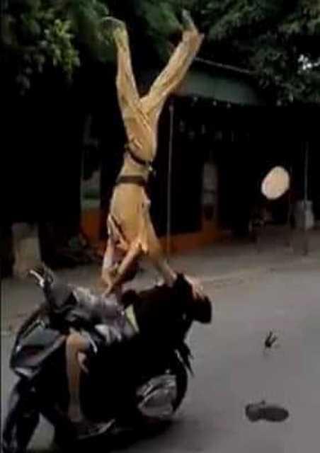 Người dân sợ hãi kể lại giây phút CSGT bị thiếu niên chạy xe máy hất tung: Chiến sĩ ấy nằm bất động giữa đường, máu chảy rất nhiều-1