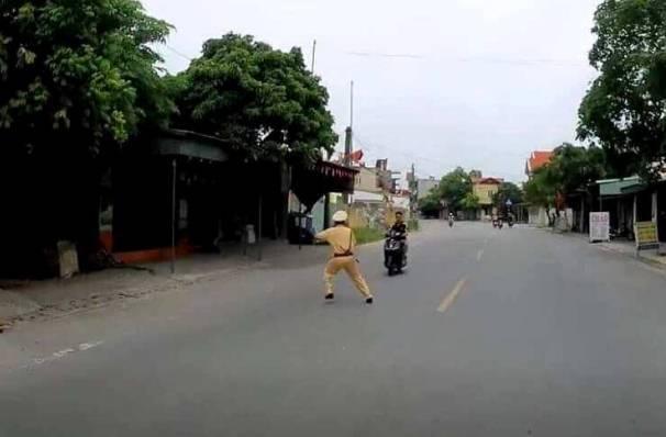 Người dân sợ hãi kể lại giây phút CSGT bị thiếu niên chạy xe máy hất tung: Chiến sĩ ấy nằm bất động giữa đường, máu chảy rất nhiều-4