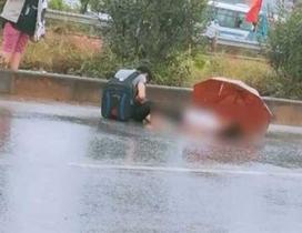 Xót xa cảnh chồng ngồi thất thần bên thi thể vợ bị xe tải tông tử vong ở Bắc Giang