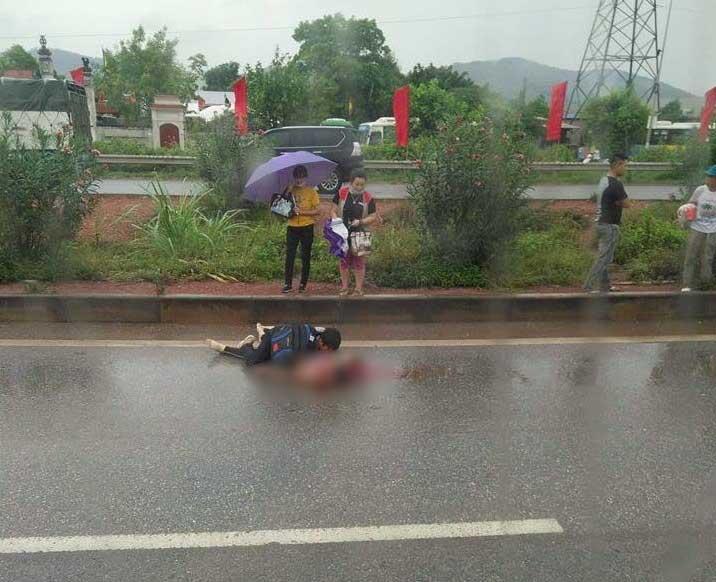 Xót xa cảnh chồng ngồi thất thần bên thi thể vợ bị xe tải tông tử vong ở Bắc Giang-2