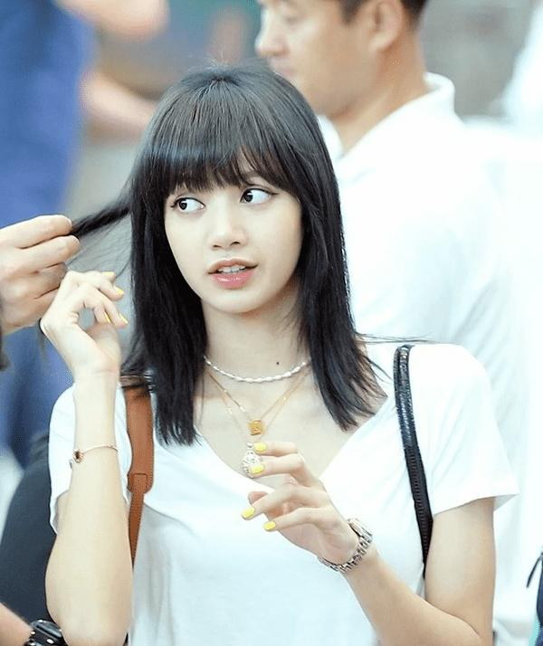 Góc lạ lẫm: Lisa (Black Pink) nhuộm tóc màu đen, lên đường quay về quê nhà Thái Lan-1