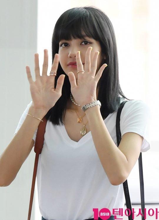 Góc lạ lẫm: Lisa (Black Pink) nhuộm tóc màu đen, lên đường quay về quê nhà Thái Lan-5